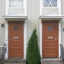 Talo B uudet ovet