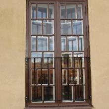 Restauroitu ikkunaovi ulkoapäin