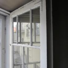 Vanhan ikkunan sisäpuite välitilan puolelta