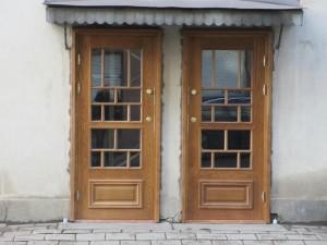 Linnankadun ovet ulkopuolen listat asennettuna_2